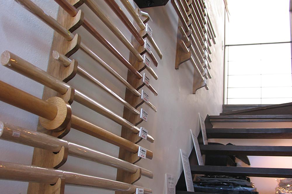 東山堂聖護院店階段木刀の陳列